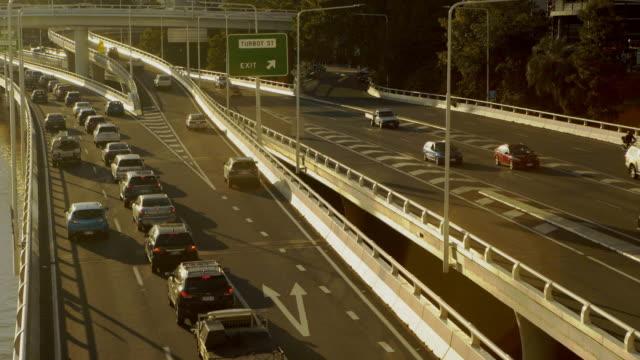 Autobahn-Verkehr an einem Fluss 4k
