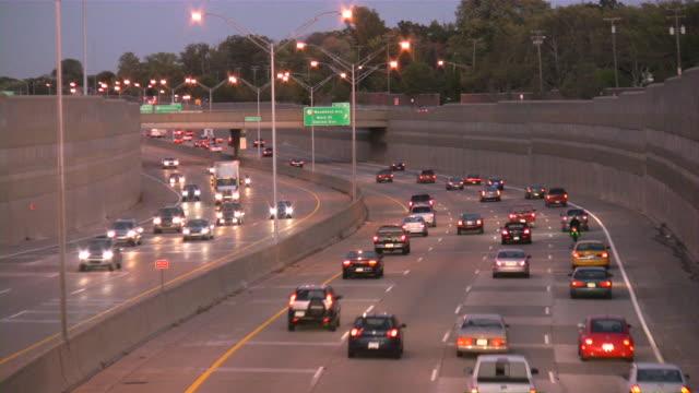高速道路の交通状態です。お車やトラックに freeway に合流します。 - 音声あり点の映像素材/bロール