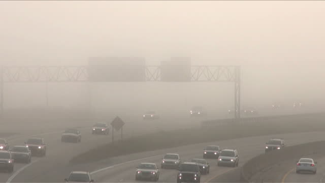 vidéos et rushes de circulation routière sur l'autoroute, voitures, brouillard, de la brume, smog - phare arrière de véhicule