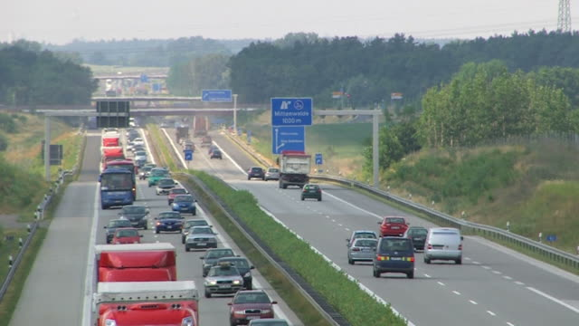 stockvideo's en b-roll-footage met highway traffic in germany - real time - geschwindigkeit