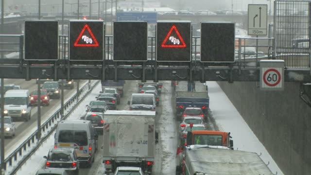 autobahn-verkehr in der winter-fahrzeug-maut - chaos stock-videos und b-roll-filmmaterial