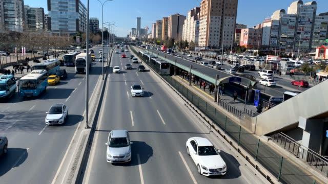 4k: autobahnverkehr, metrobus, istanbul, türkei - istanbul stock-videos und b-roll-filmmaterial