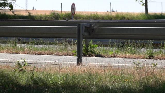 vidéos et rushes de autoroute avec des voitures - signalisation