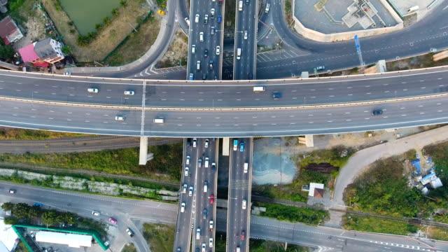 vídeos de stock, filmes e b-roll de rodovia com a hora do rush em vista superior aérea de bangkok, na tailândia, - paisagem urbana