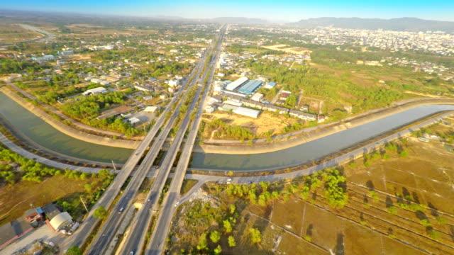 vídeos de stock, filmes e b-roll de estradas traffics vista aérea - drenagem