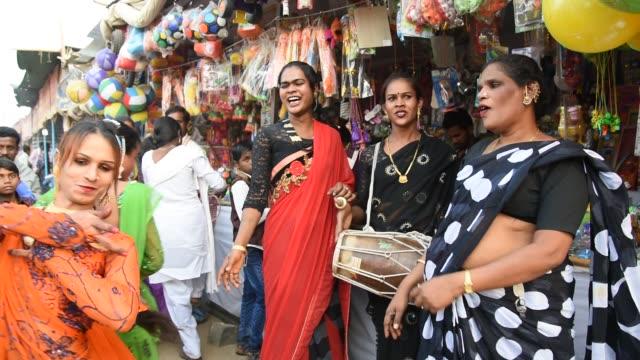 vidéos et rushes de hijra or transgenders dance and singing at street. - transgenre