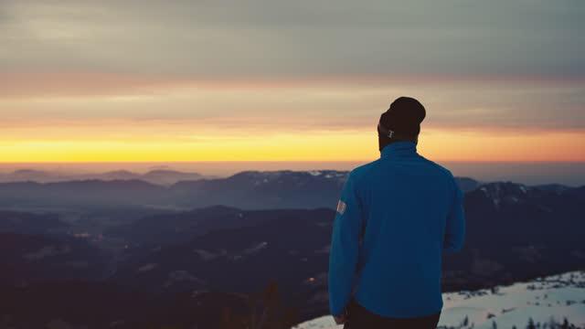vídeos y material grabado en eventos de stock de excursionista admirando pintoresco pico de montaña durante la puesta del sol - nevosa
