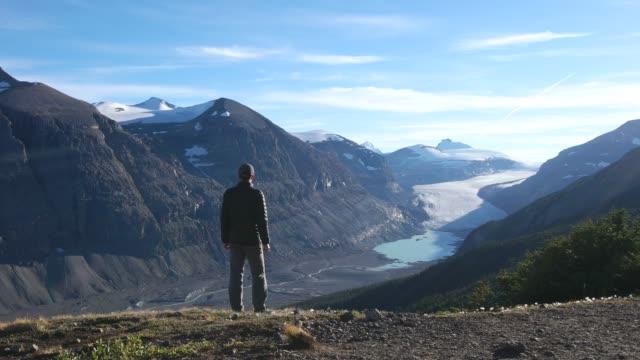 wanderer genießt aussicht im banff national park parker ridge saskatchewan glacier - provinz alberta stock-videos und b-roll-filmmaterial