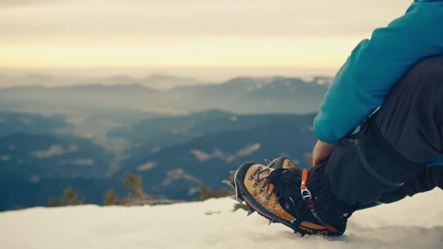 雪靴上的徒步旅行者緊固帶 - snowcapped mountain 個影片檔及 b 捲影像