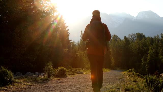 山で一日を始める準備ができて夜明けのパスに沿ってハイカーの頭 - 方向点の映像素材/bロール