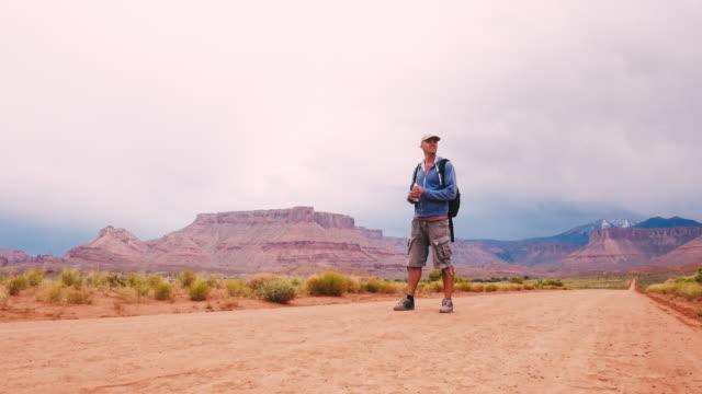 Randonneur randonnée dans les déserts de l'Utah, USA