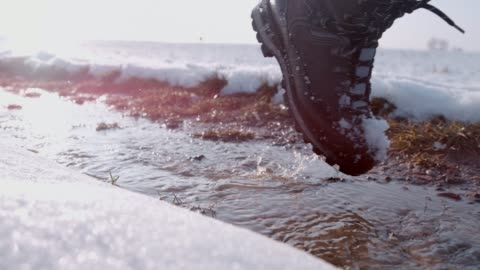 ハイカー ブーツ雪の中を歩いて、冬道にスラッシュ、スローモーション - 踏む点の映像素材/bロール