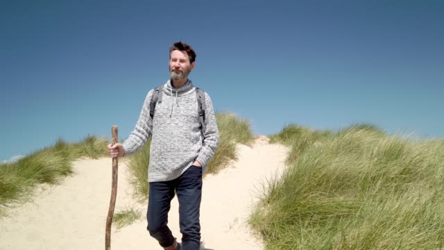 hiker in the dunes on the north sea island sylt - wanderer in den dünen von sylt - tina terras michael walter stock-videos und b-roll-filmmaterial