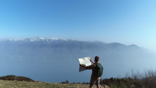 Blick auf Karte von Berg Wanderer