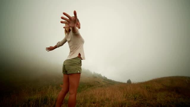 Wanderer erreicht foggy top, Ausgestreckte Arme