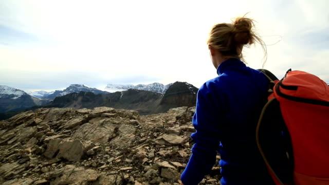 Hiker når mountain top, armarna utsträckta