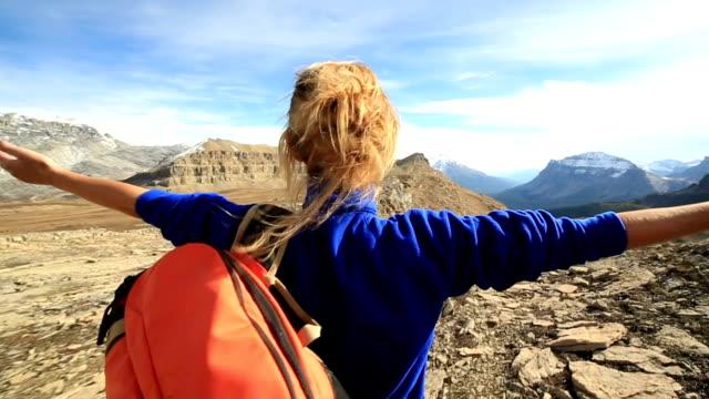Wanderer erreicht mountain top, Ausgestreckte Arme