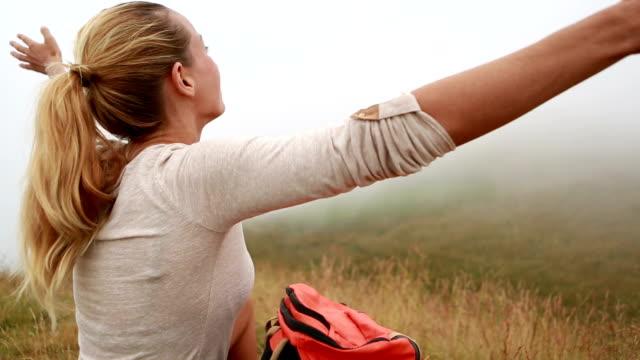 Wanderer auf Gras, Ausgestreckte Arme