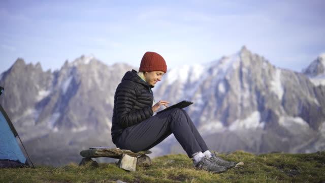vidéos et rushes de randonneur prenant un selfie près du mont blanc - randonnée pédestre