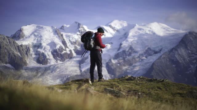 wanderer, der in der nähe des mont blanc ein selfie macht - fotografieren stock-videos und b-roll-filmmaterial