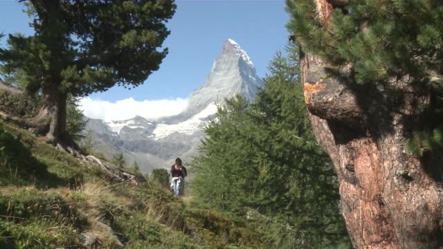 vídeos y material grabado en eventos de stock de ms hiker walking at riffelberg in front of matterhorn mountain / zermatt, valais, switzerland - hombres de mediana edad