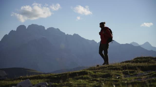 wanderer auf einem grasweg in den dolomiten - wide shot stock-videos und b-roll-filmmaterial