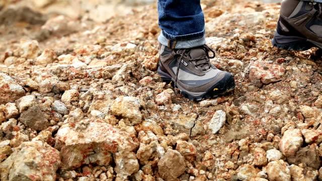 vídeos y material grabado en eventos de stock de botas para excursionistas caminar - human foot