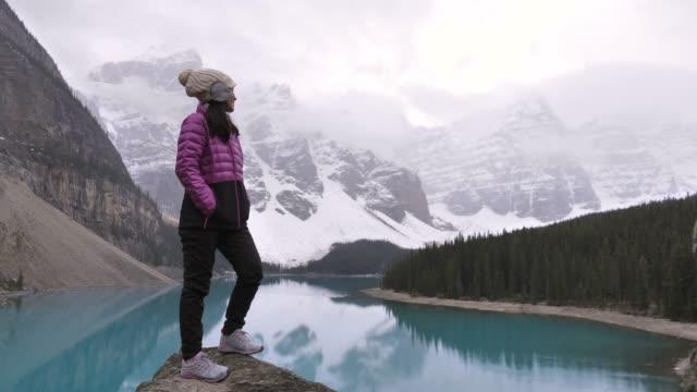 wanderer frau gipfel gipfel am moränensee - banff nationalpark stock-videos und b-roll-filmmaterial