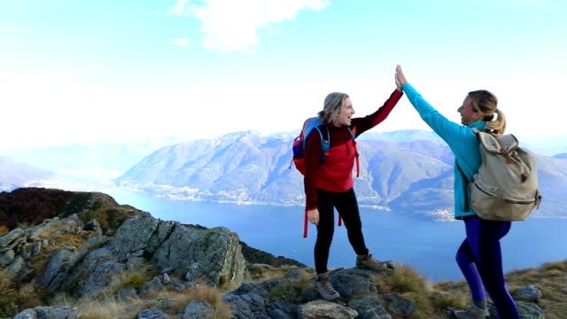 Vandrare som firar på bergets topp