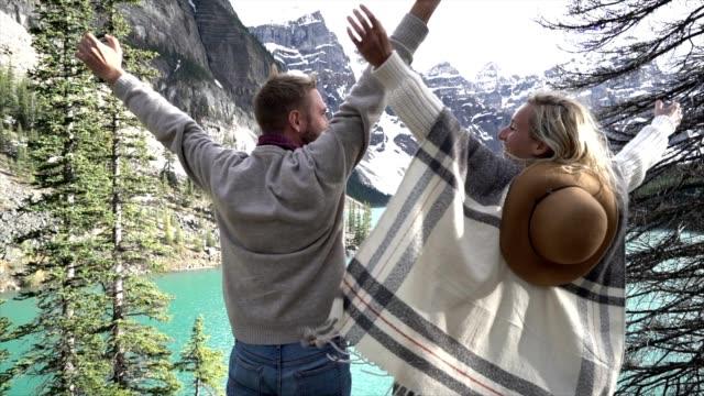wanderer feiern, see berglandschaft - provinz alberta stock-videos und b-roll-filmmaterial
