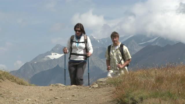 vídeos y material grabado en eventos de stock de ms hikers climbing mountain at front of riffelberg / zermatt, valais, switzerland - bastón de senderismo