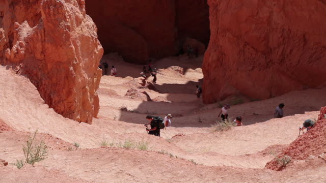 ha hikers climbing up bryce canyon national park / bryce canyon, utah, united states - bryce canyon stock videos & royalty-free footage
