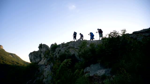 vandrare att utforska bergskedjan - gå tillsammans bildbanksvideor och videomaterial från bakom kulisserna