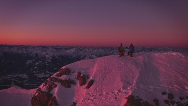 wanderer händeschütteln auf dem gipfel des schneebedeckten berges - hände schütteln stock-videos und b-roll-filmmaterial