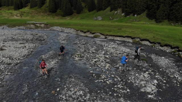 Wanderer-Sprung über alpine stream