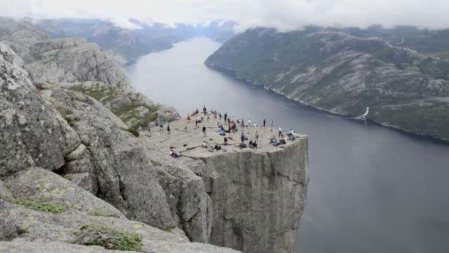 HD: Escursionisti sulla cima di una scogliera.
