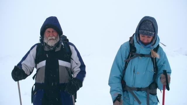 vídeos de stock e filmes b-roll de hikers on tough winter journey - desporto radical