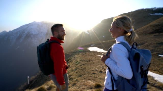 Vandrare att nå mountain top firar med hög fem