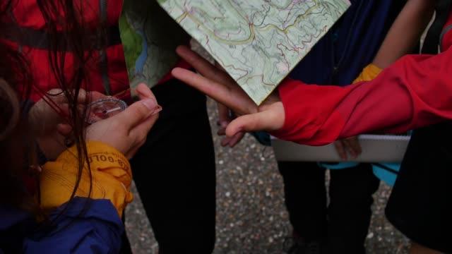 Vandrare referera kompass och papper karta