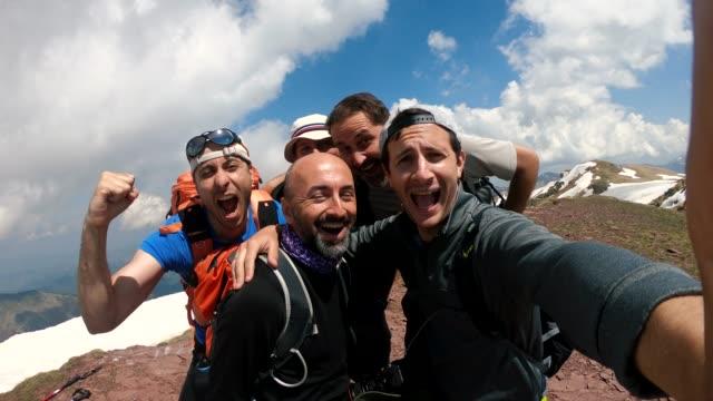 vídeos y material grabado en eventos de stock de excursionistas tomando un selfie después de exitosa caminata - área silvestre