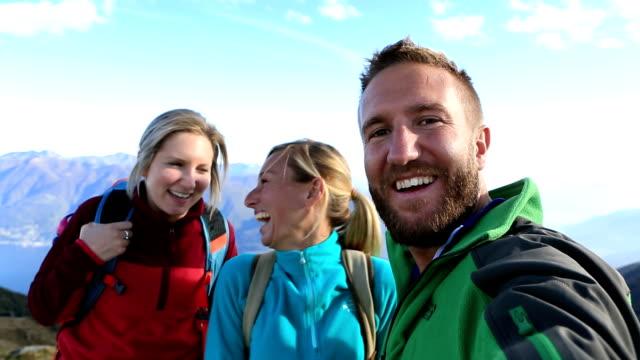 vídeos y material grabado en eventos de stock de excursionistas toman selfie en cima de la montaña - alta