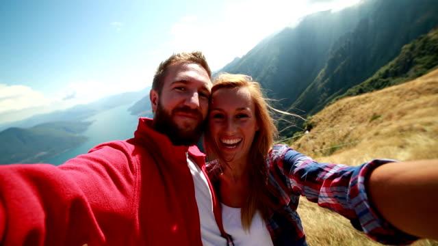 Wanderer, die selfies in den Bergen