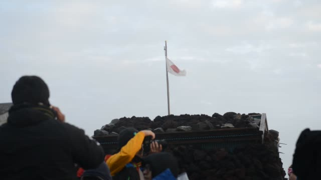vidéos et rushes de hikers walking down the mount fuji after sunset yamanashi japan on monday july 20 2015 shots extreme longshot of the land from the summit many people... - préfecture de yamanashi