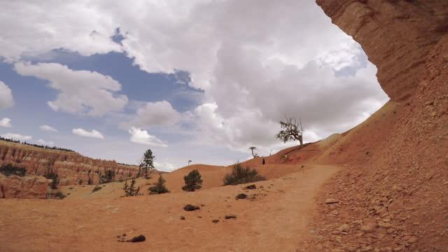 vídeos de stock e filmes b-roll de pov hiking at peek a boo trail, bryce canyon national park, utah - câmara vestível