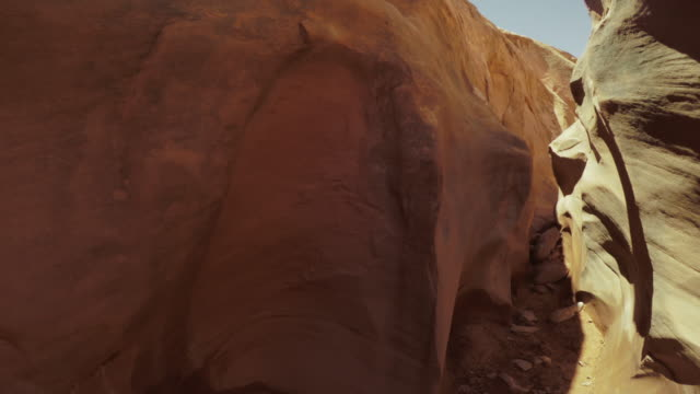 wandern in einem slotcanyon pov: grand staircase escalante national monument - grand staircase escalante national monument stock-videos und b-roll-filmmaterial