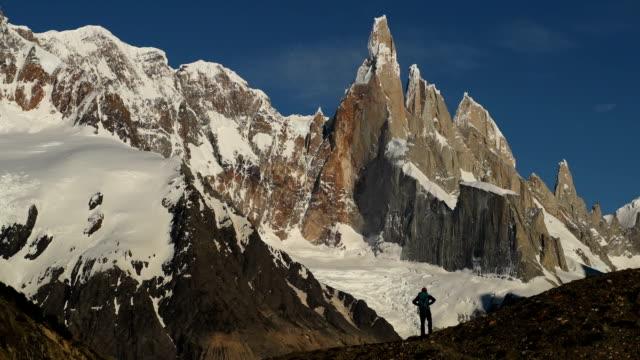 wandern im argentinischen patagonien mit cerro torre - argentinien stock-videos und b-roll-filmmaterial