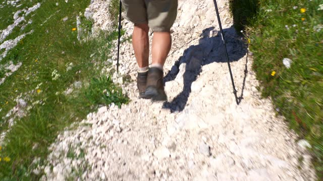 stockvideo's en b-roll-footage met wandelen in de bergen in de zomer - julian alps