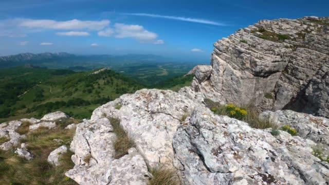 vídeos y material grabado en eventos de stock de senderismo en la montaña. panorama desde la cima de la montaña - poste de madera