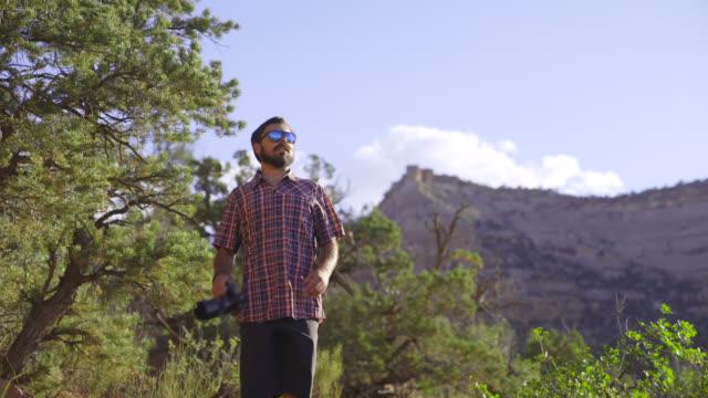 カメラと山脈のハイキング - デジタル一眼レフカメラ点の映像素材/bロール