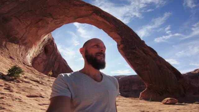 vídeos de stock e filmes b-roll de pov hiking in the colorado plateau: corona arch near moab - câmara vestível